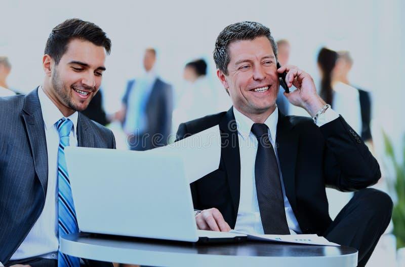 Hombres de negocios que discuten junto en una oficina fotos de archivo libres de regalías