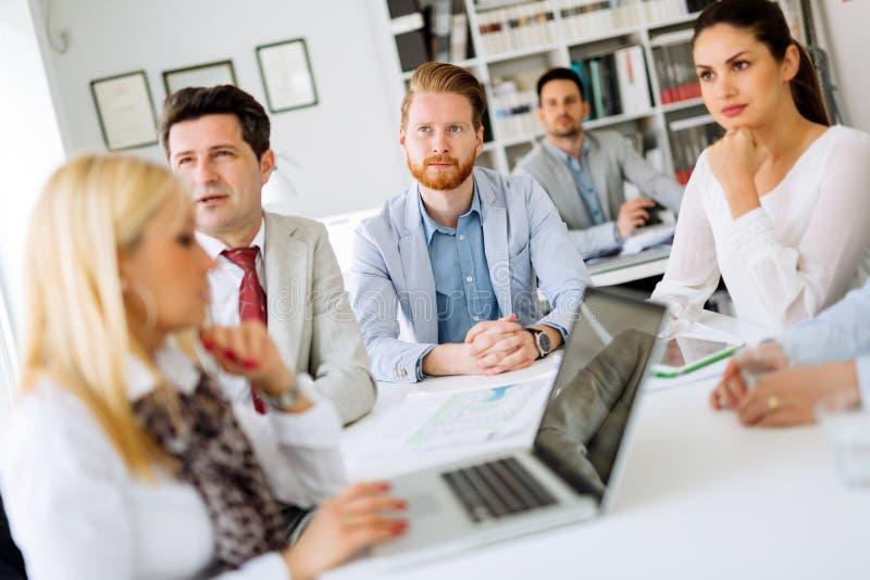 Hombres de negocios que discuten los planes futuros imagenes de archivo