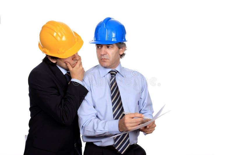 Hombres de negocios que discuten un contrato imagen de archivo libre de regalías