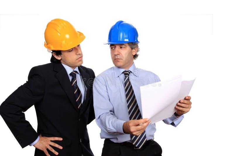 Hombres de negocios que discuten un contrato imágenes de archivo libres de regalías