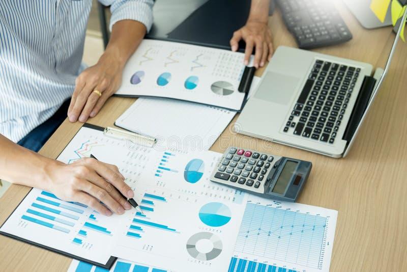 Hombres de negocios que encuentran al equipo que analiza los documentos financieros en la mesa de reuniones, concepto de trabajo  foto de archivo libre de regalías