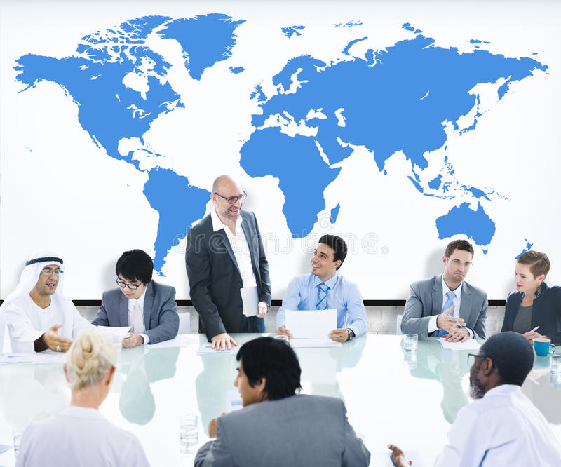 Hombres de negocios que encuentran al líder World Map Concept de la sala de reunión fotografía de archivo