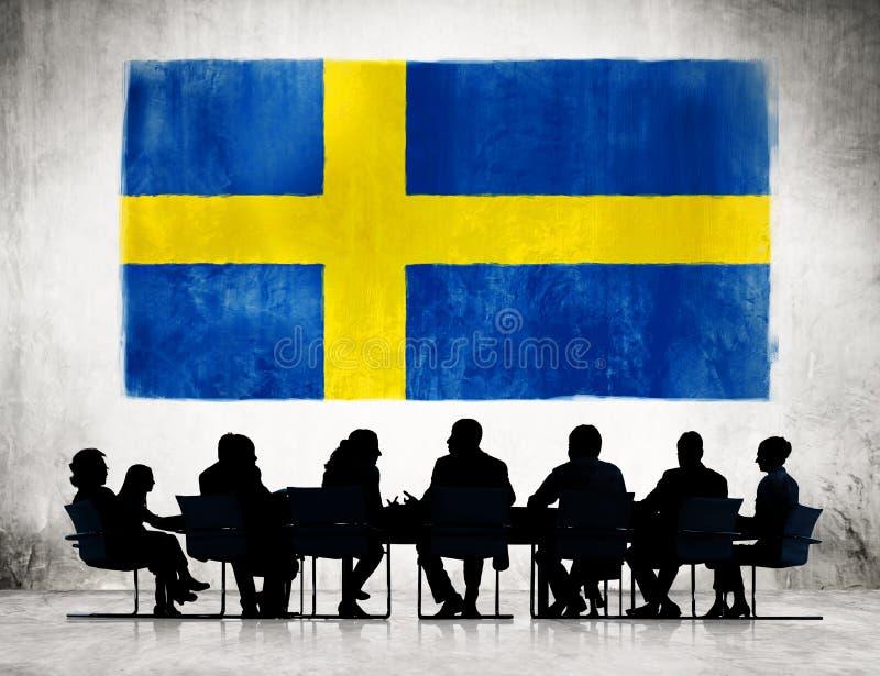 Hombres de negocios que encuentran con la bandera de Suecia imágenes de archivo libres de regalías