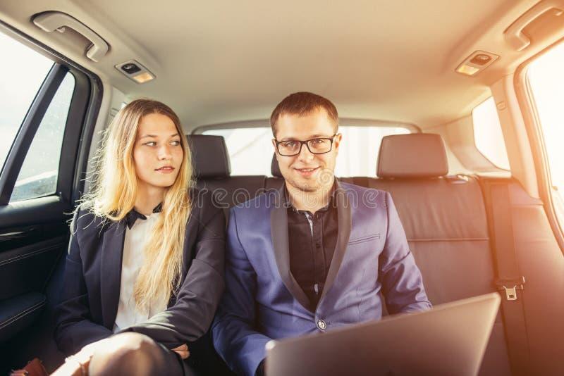 Hombres de negocios que encuentran el coche de trabajo dentro foto de archivo libre de regalías