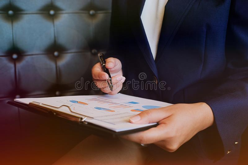 Hombres de negocios que encuentran worki del inversor profesional de las ideas del diseño imagen de archivo