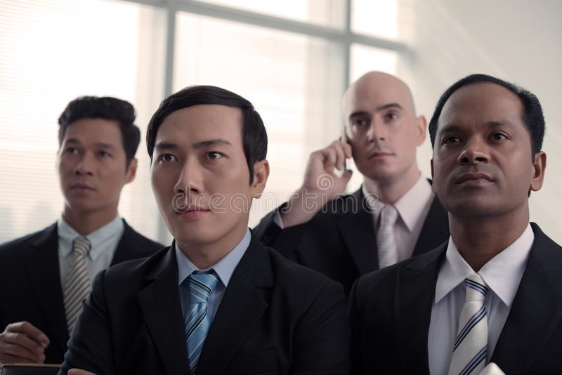 Hombres de negocios que escuchan el discurso imágenes de archivo libres de regalías