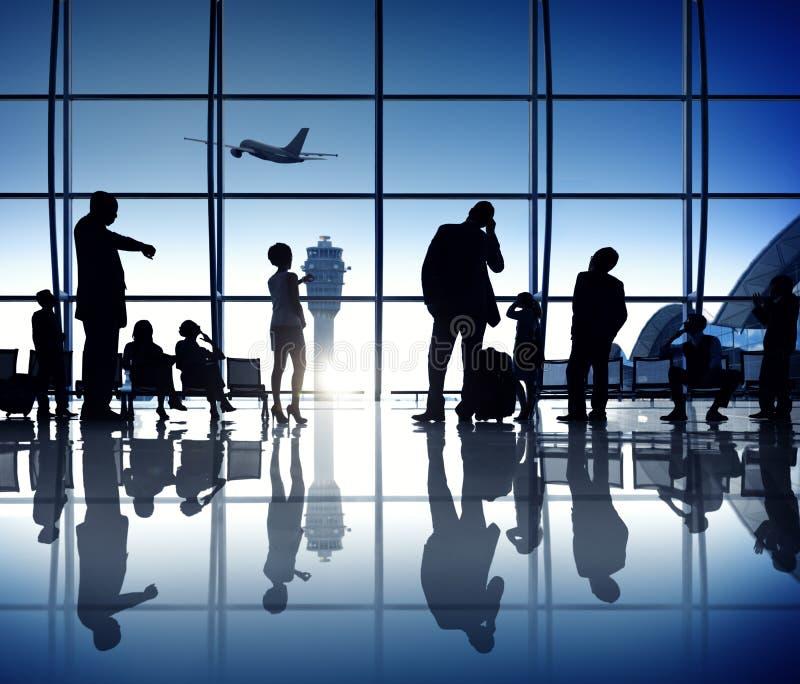 Hombres de negocios que esperan en el salón el concepto del aeropuerto imagenes de archivo