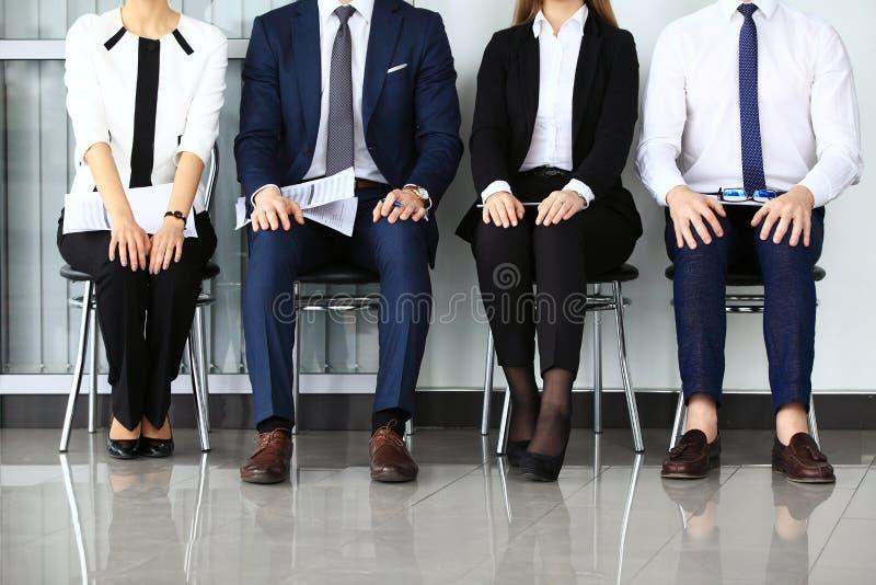 Hombres de negocios que esperan entrevista de trabajo imagen de archivo libre de regalías