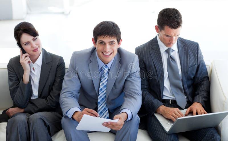 Hombres de negocios que esperan una entrevista de trabajo fotos de archivo