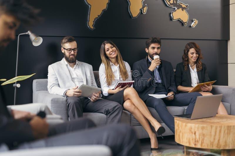 Hombres de negocios que esperan una entrevista de trabajo fotografía de archivo