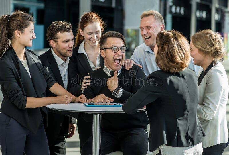 Hombres de negocios que felicitan al compañero de trabajo imagen de archivo libre de regalías