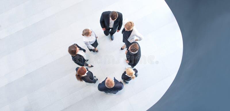 Hombres de negocios que forman el círculo imagen de archivo libre de regalías