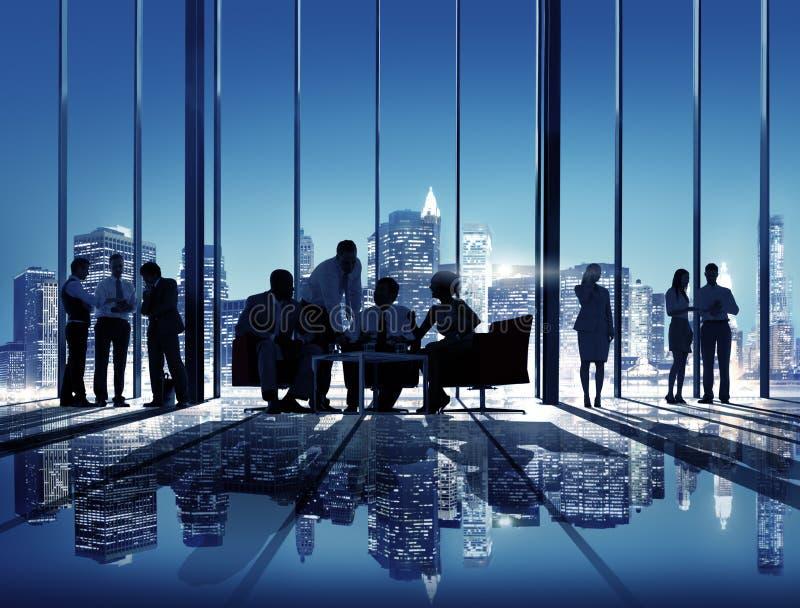 Hombres de negocios que hablan concepto de la sala de reunión de la conferencia fotografía de archivo libre de regalías