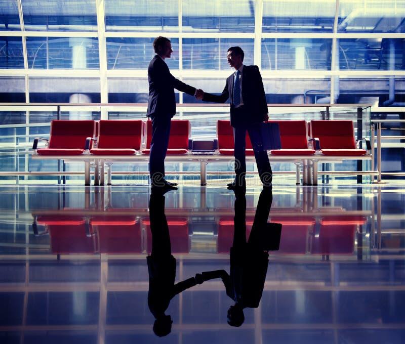 Hombres de negocios que hablan concepto del trato del aeropuerto del negocio fotos de archivo
