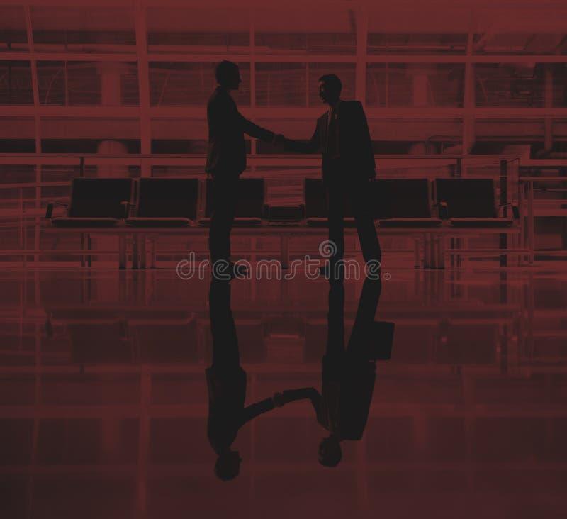 Hombres de negocios que hablan concepto del trato del aeropuerto del negocio fotografía de archivo