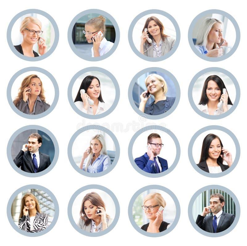 Hombres de negocios que hablan en el teléfono Ayuda y COM en línea foto de archivo libre de regalías