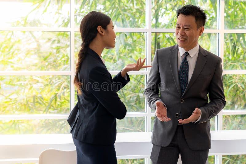 Hombres de negocios que hablan en el winsow del café foto de archivo libre de regalías