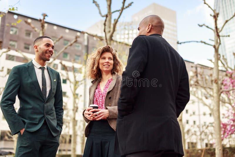 Hombres de negocios que hablan en la defensa del La, París, Francia fotos de archivo