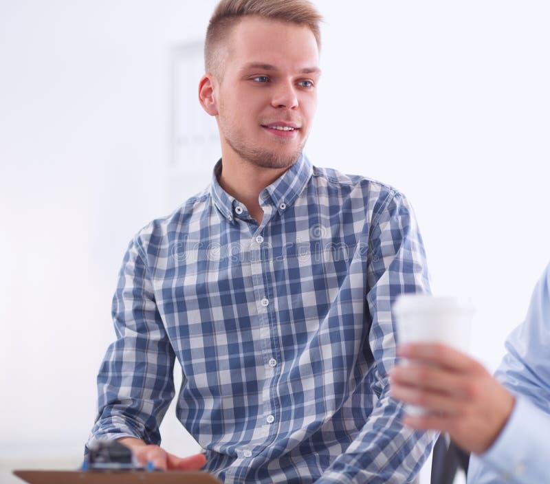 Hombres de negocios que hablan en la reunión en la oficina fotos de archivo