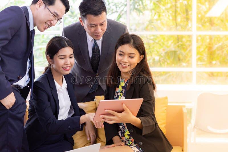 Hombres de negocios que hablan en la ventana del café fotos de archivo libres de regalías