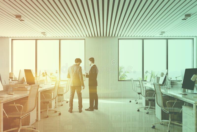 Hombres de negocios que hablan en una oficina moderna imagen de archivo libre de regalías