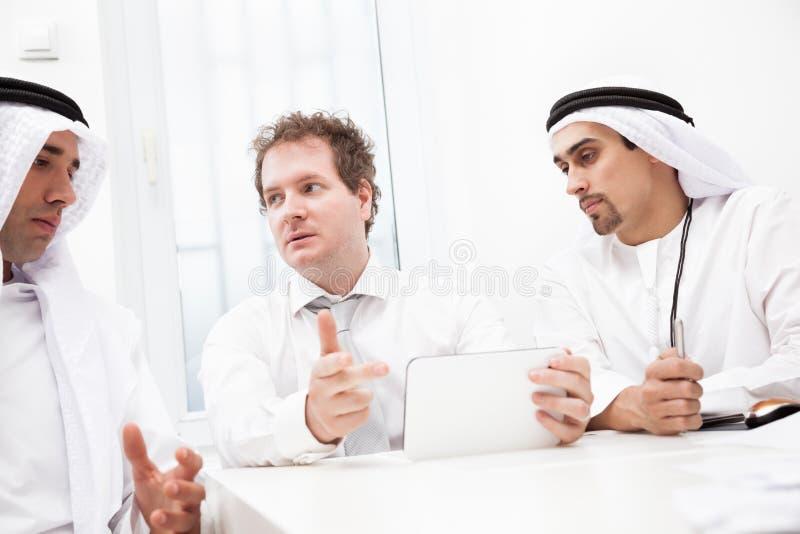 Hombres de negocios que hablan en una reunión fotos de archivo