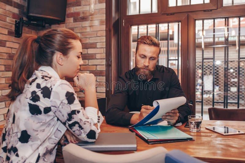 Hombres de negocios que hablan de informes y de finanzas imágenes de archivo libres de regalías