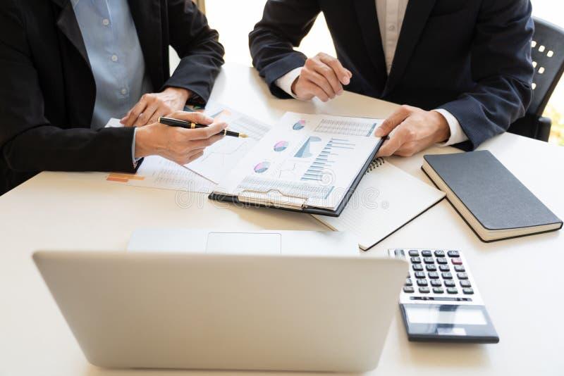 Hombres de negocios que hablan la discusión con el planeamiento del compañero de trabajo que analiza cartas y gráficos financiero imágenes de archivo libres de regalías