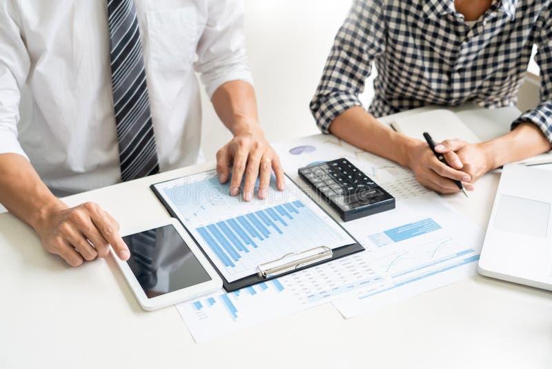 Hombres de negocios que hablan la discusión con el planeamiento del compañero de trabajo que analiza cartas y gráficos financiero foto de archivo libre de regalías