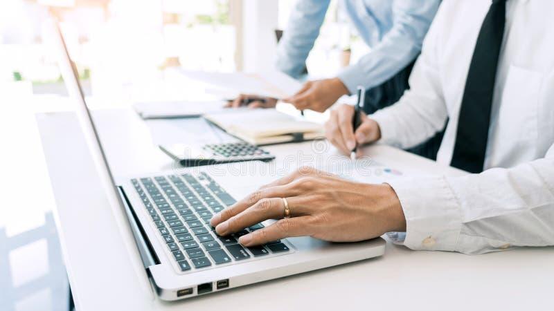 Hombres de negocios que hablan la discusión con el planeamiento del compañero de trabajo que analiza cartas y gráficos financiero fotografía de archivo libre de regalías