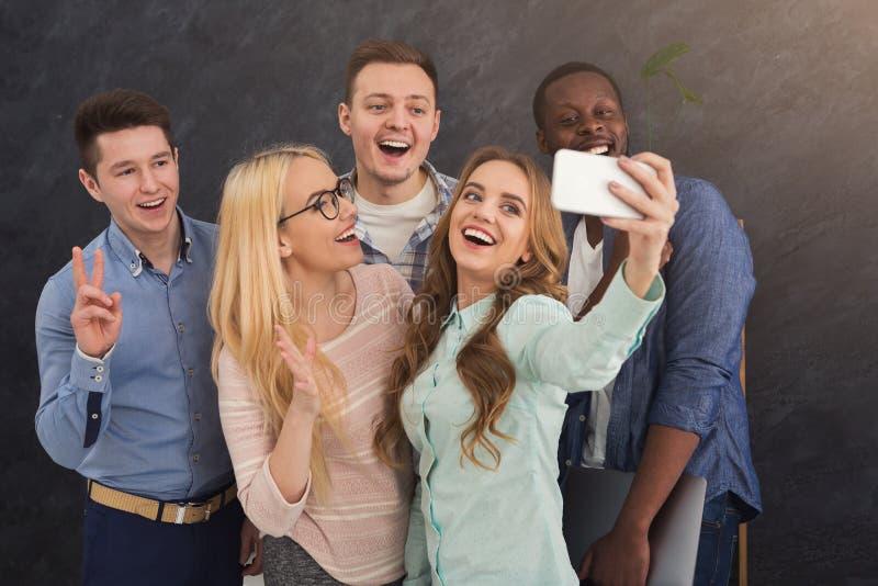 Hombres de negocios que hacen el selfie del grupo, divirtiéndose fotografía de archivo libre de regalías