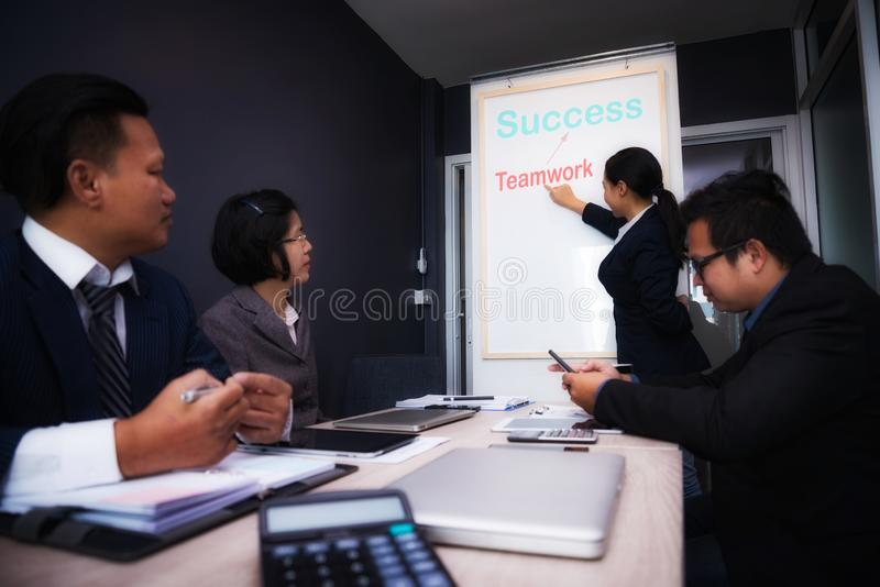 Hombres de negocios que hacen frente a buen trabajo en equipo en oficina Concepto acertado de la estrategia del lugar de trabajo  fotografía de archivo