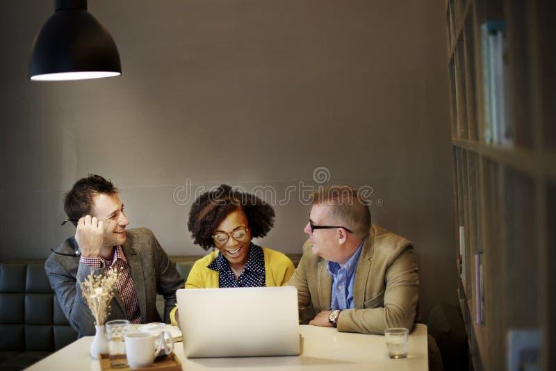 Hombres de negocios que hacen frente a concepto corporativo de la tecnología del ordenador portátil fotos de archivo libres de regalías