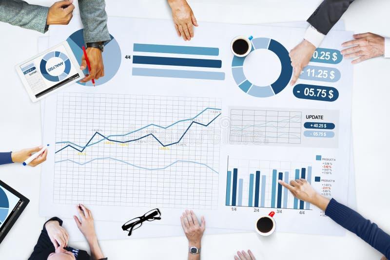 Hombres de negocios que hacen frente a concepto de las estadísticas del análisis de planeamiento imagenes de archivo