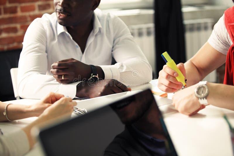 Hombres de negocios que hacen frente a concepto de las ideas del diseño Planificación de empresas foto de archivo libre de regalías