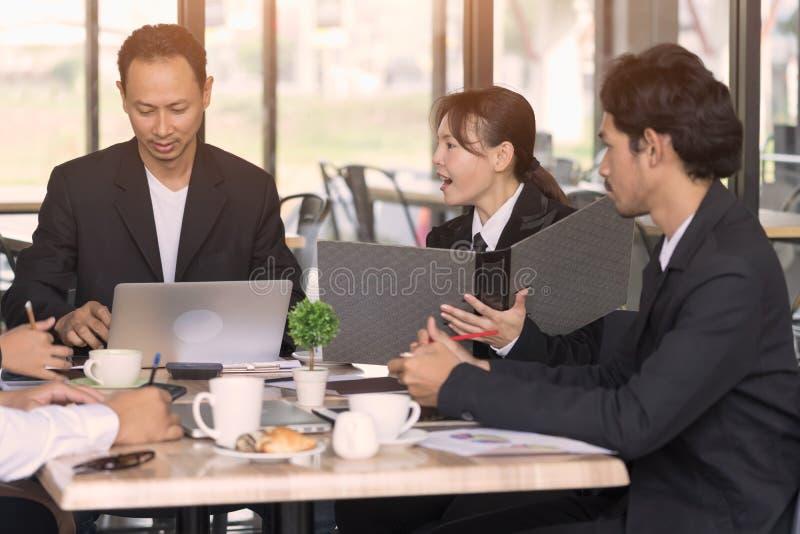 Hombres de negocios que hacen frente a concepto del trabajo en equipo de la comunicación corporativa fotos de archivo