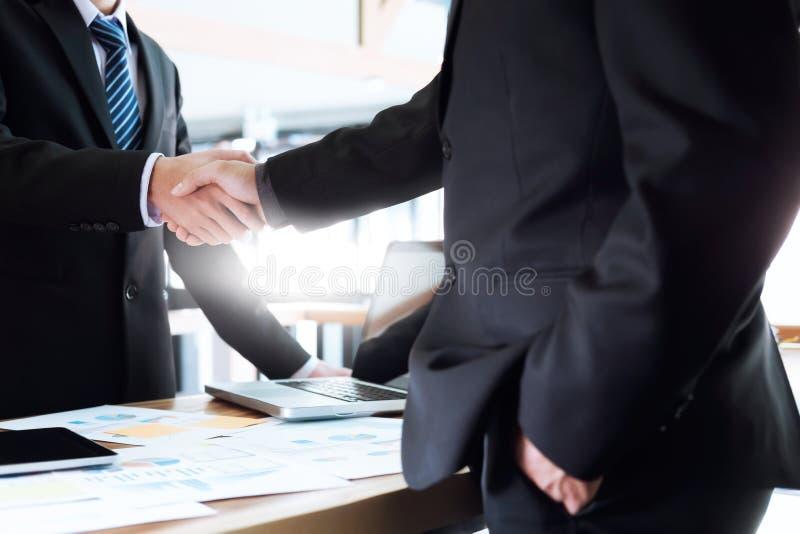 Hombres de negocios que hacen frente a concepto de las ideas del diseño Planificación de empresas fotos de archivo libres de regalías