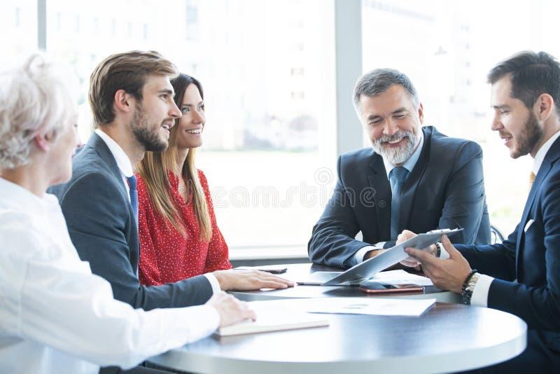 Hombres de negocios que hacen frente a concepto de trabajo de la oficina de la discusi?n de la comunicaci?n imagen de archivo libre de regalías