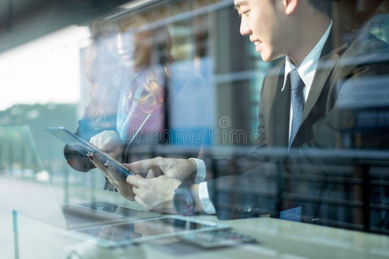 Hombres de negocios que hacen frente a la reunión de reflexión y que discuten proyecto junto en la oficina, concepto del trabajo  fotografía de archivo libre de regalías
