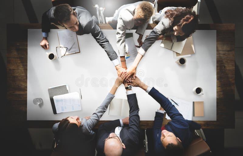 Hombres de negocios que hacen frente a la unidad corporativa Concep de la conexión imágenes de archivo libres de regalías