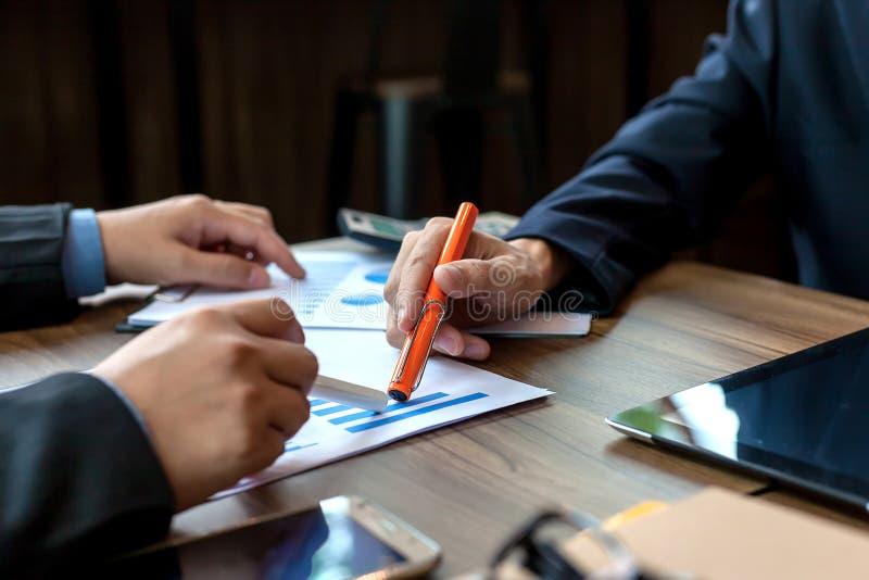 Hombres de negocios que hacen frente a tiempo imagen de archivo