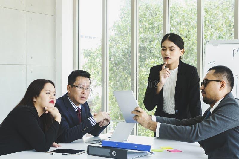 Hombres de negocios que hacen frente a trabajo en equipo de la comunicación corporativa imagenes de archivo