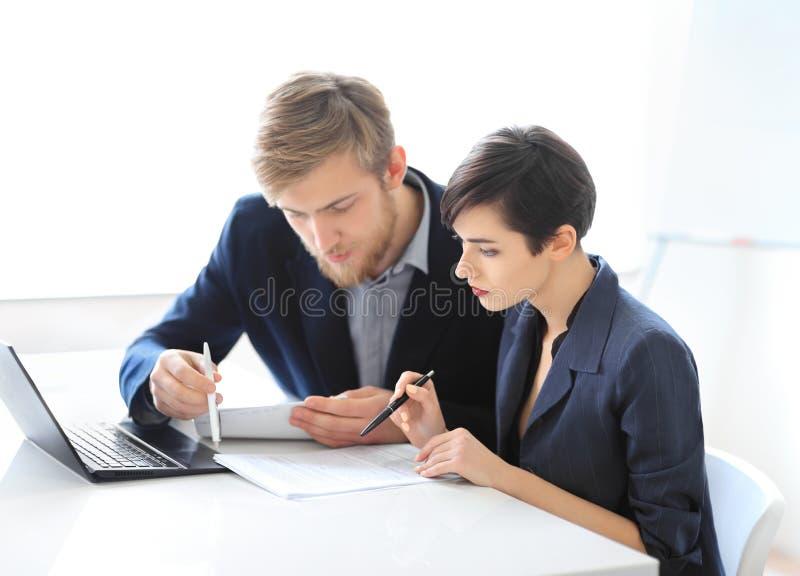 Hombres de negocios que leen el contrato foto de archivo
