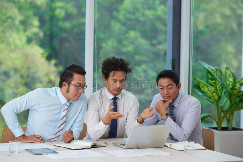 Hombres de negocios que leen email fotografía de archivo libre de regalías
