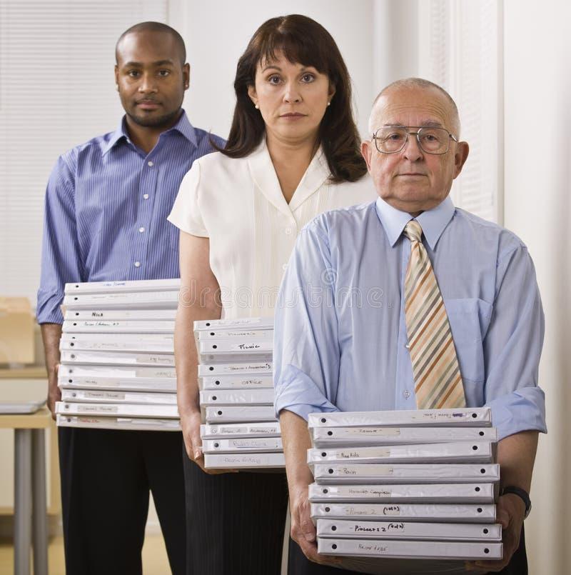 Hombres de negocios que llevan a cabo carpetas imagen de archivo
