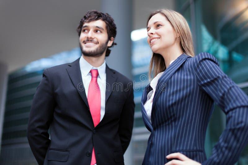 Hombres de negocios que miran al futuro fotos de archivo