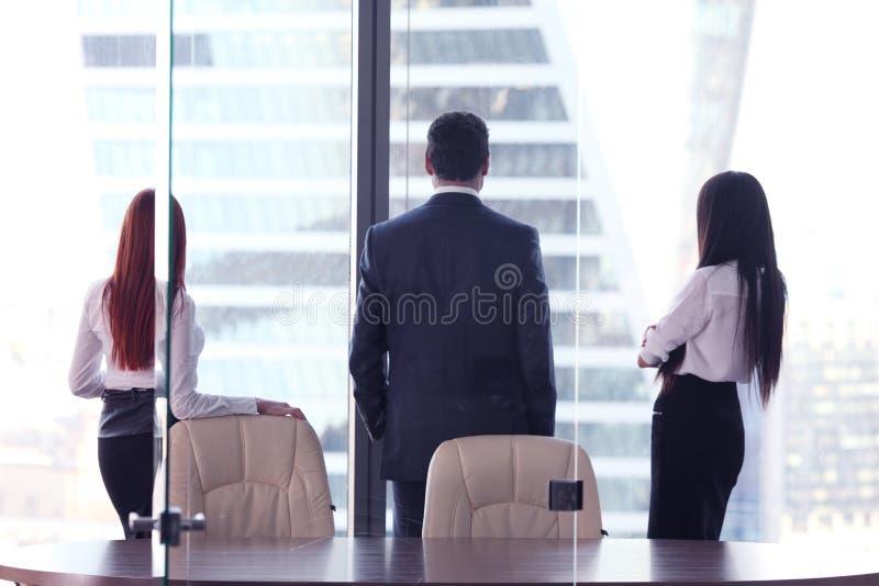 Hombres de negocios que miran la ventana fotografía de archivo