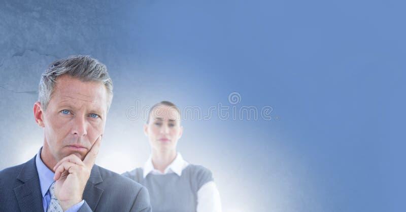 Hombres de negocios que piensan decisivo con el fondo azul imagen de archivo