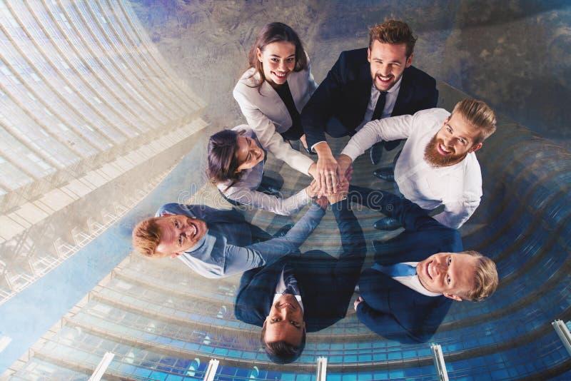 Hombres de negocios que ponen sus manos juntas Concepto de integración, de trabajo en equipo y de sociedad Exposición doble imágenes de archivo libres de regalías