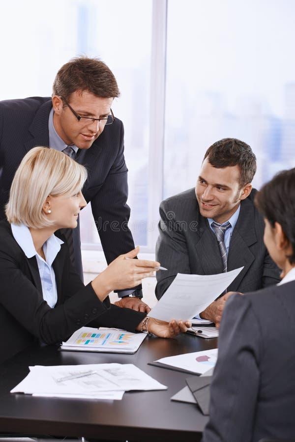 Hombres de negocios que revisan el contrato fotos de archivo